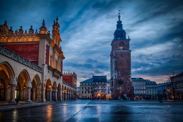 Market_square_Krakow_900px.jpg